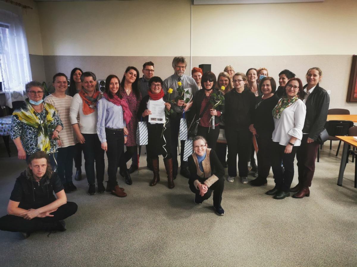 Zdjęcie grupowe uczestników i kadry.